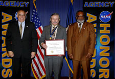 Francis Everitt receiving the NASA Distinguished Public Service Medal at NASA Headquarters.